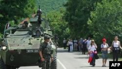 Slovenacki vojnici Kfora u patroli kod mesta Rudare gde srpsko stanovništvo blokira puteve ka administrativnim prelazima Brnjak i Jarinje.