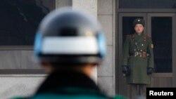 2011年12月28日朝鲜士兵(右)和韩国士兵(左)在两韩非军事区板门店停战村面对面站岗