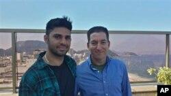 """Wartawan """"the Guardian"""" Glenn Greenwald (kanan) dan mitranya David Miranda (Foto: dok). Miranda dikabarkan ditahan selama sembilan jam di bandara Heathrow London, Minggu (19/8)."""