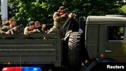 Militan pro-Rusia menggunakan truk militer untuk menyerang pos pemeriksaan di bandara kota Donetsk, Ukraina timur (26/5).