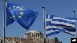 欧盟旗帜(左)与希腊国旗在雅典卫城山前飘扬 (2015年7月5日)