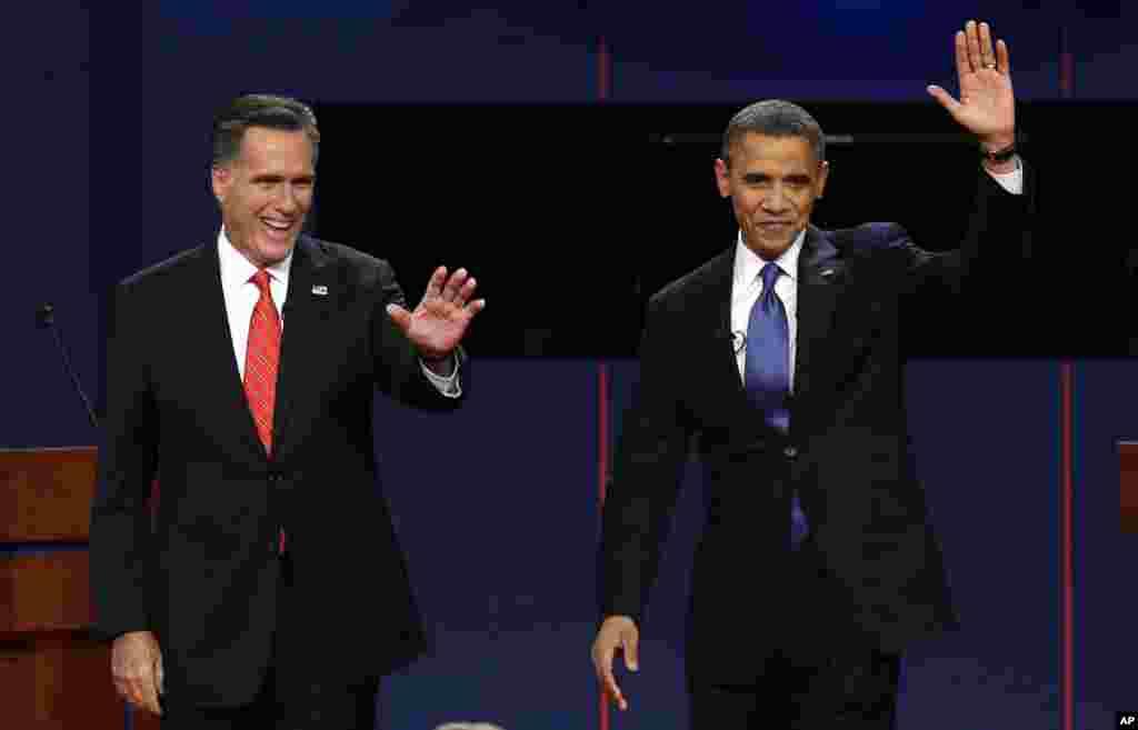 토론장에 입장하는 공화당 미트 롬니 후보(왼쪽)와 민주당 바락 오바마 대통령.