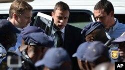 Oscar Pistorius est conduit hors de la cour à Pretoria, Afrique du Sud, le mardi 21 octobre 2014. (AP Photo)