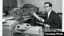 Radio voditelj Glasa Amerike Vilis Konover u svom studiju. Foto: Kolekcija Vilis Konover, Muzička biblioteka Univerziteta Severnog Teksasa