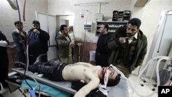 5일 시리아 정부군 총격으로 병원에 후송된 반정부 시위자
