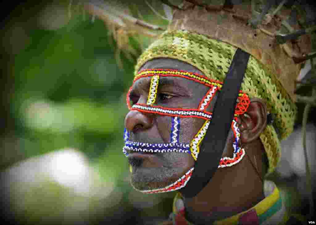 Танцор народности лоу в ритуальной маске