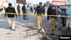 파키스탄 카이버 지역에서 지난 23일 발생한 폭탄 공격 현장을 관계자들이 조사하고 있다. (자료사진)