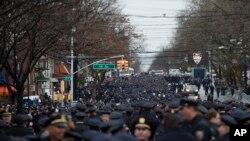 Polisi dari berbagai penjuru AS menghadiri pemakaman polisi NYPD Wenjian Liu di Aievoli Funeral Home, di Brooklyn, New York, 4 Januari 2015.
