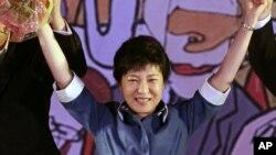 Park Geun-hye, putri mantan diktator Korsel Park Chung-Hee, terpilih sebagai kandidat presiden dalam konvensi nasional Partai Saenuri di Goyang, Korsel (20/8).