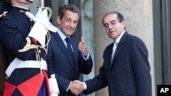 파리를 방문한 리비아 과도국가위원회의 마흐무드 자브릴 대표와 악수를 나누는 사르코지 대통령(좌)