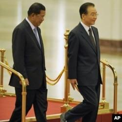 រូបឯកសារ៖ លោកនាយករដ្ឋមន្ត្រីចិន Wen Jiabao (ស្តាំ) និងលោកនាយករដ្ឋមន្ត្រី ហ៊ុន សែន ជួបស្វាគមន៍គ្នានៅវិមានរដ្ឋាភិបាលចិន នៅទីក្រុងប៉េកាំង ថ្ងៃទី១៣ ខែធ្នូ ឆ្នាំ២០១០។