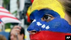 Los venezolanos ven con preocupación el deterioro de la situación en su país.