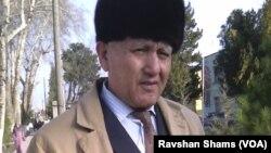 Deputatlikga nomzod, o'qituvchi Shodimurod Yoqubov saylov komissiyasiga shikoyat-ariza topshirayapti