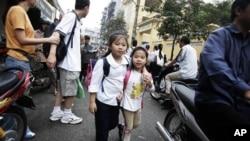 Trẻ em tan trường về trên đường phố đông đúc của Hà Nội. Việt Nam được xếp vào nước đông dân thứ 14 trên thế giới