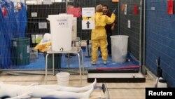 Relawan MSF mengikuti pelatihan pengunaan alat-alat proteksi dalam upaya penanggulangan Ebola di Brussels, 15 Oktober 2014 (Foto: dok).