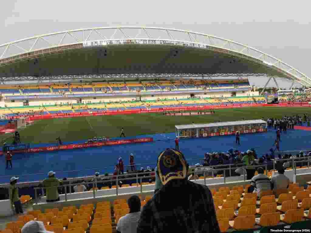 Le stade de Libreville avant coup d'envoi Burkina –Tunisie, , Gabon, 28 janvier 2017. (VOA/Timothée Donangmaye)
