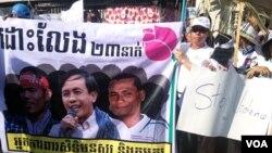 Người biểu tình tụ tập bên ngoài Tòa án tại Phnom Penh, ngày 11 tháng 2, 2014. (Ảnh: Robert Carmichael / VOA).