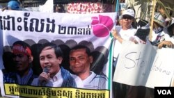 Protesters gather outside the Appeal Court in Phnom Penh, Feb. 11, 2014. (Robert Carmichael/VOA)