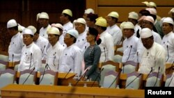 រូបឯកសារ៖ អ្នកស្រី Aung San Suu Kyi មេដឹកនាំគណបក្សសម្ព័ន្ធជាតិដើម្បីលទ្ធិប្រជាធិបតេយ្យ (NLD) ចូលរួមនៅក្នុងការប្រជុំសភាលើកដំបូងរបស់មីយ៉ាន់ម៉ា បន្ទាប់ពីការបោះឆ្នោតថ្ងៃទី៨ ខែវិច្ឆិកា នៅវិមានសភាជាន់ទាបក្នុងទីក្រុង Naypyitaw កាលពីថ្ងៃទី១៦ ខែវិច្ឆិកា ឆ្នាំ២០១៥។