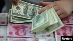 中国一家银行的职工在点算人民币