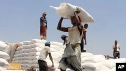 Bantuan makanan WFP didistribusikan di Aslam, Hajjah, Yaman (foto: dok).