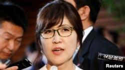 이나다 도모미 신임 일본 방위상이 3일 도쿄 총리 공관에서 기자들의 질문에 답하고 있다.