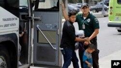 На фото: іммігрантів відпускають після оформлення в прикордонно-митній службі США, 24 червня 2018 року, МакАллен, Техас.