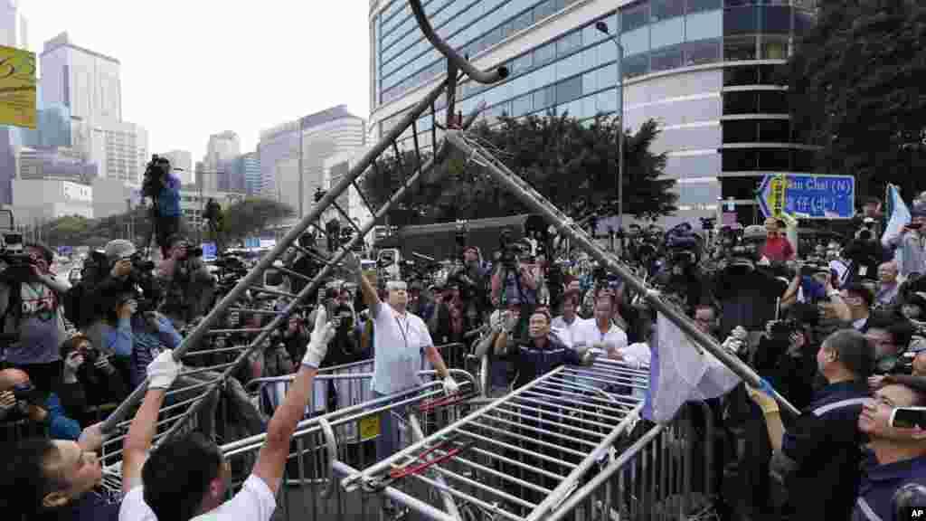 2014年11月18日工人开始清理香港政府总部外的路障