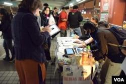 理工大學附近「2017特首選舉民間全民投票」服務站星期日晚有不少市民投票。(美國之音湯惠芸攝)