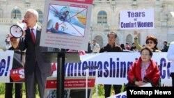한국 새누리당 국제위원장인 김종훈 의원(왼족)이 28일 워싱턴 정신대대책위원회 주관으로 미 의사당 앞에서 열린 시위에 참석, 아베 신조 총리의 과거사 왜곡을 규타낳고 있다. 오른쪽은 위안부 피해자인 이용수 할머니.