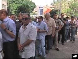 Saylov uchastkalari erta tongdan ovoz berish uchun yig'ilgan misrliklar bilan to'lib-toshdi. 23-may, 2012-yil.