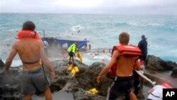 2010년 12월 15일, 호주 구조원들이 호주 크리스마스 섬 해안가에서 전복된 난민선 구족 작업을 하고 있다.(자료사진)