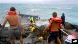 Warga berupaya menyelamatkan penumpang kapal yang terhempas di sekitar pulau Christmas di Australia (Foto: dok). Pihak berwenang Australia telah menghentikan pencarian korban tenggelamnya kapal pengangkut sedikitnya 55 pencari suaka, yang tenggelam di dekat pulau ini, Minggu (9/6).