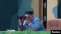 김정은 북한 위원장이 지난 6월 신형전술유도무기 시험발사를 참관하고 있는 장면을 북한 관영 '조선중앙통신'이 공개했다.