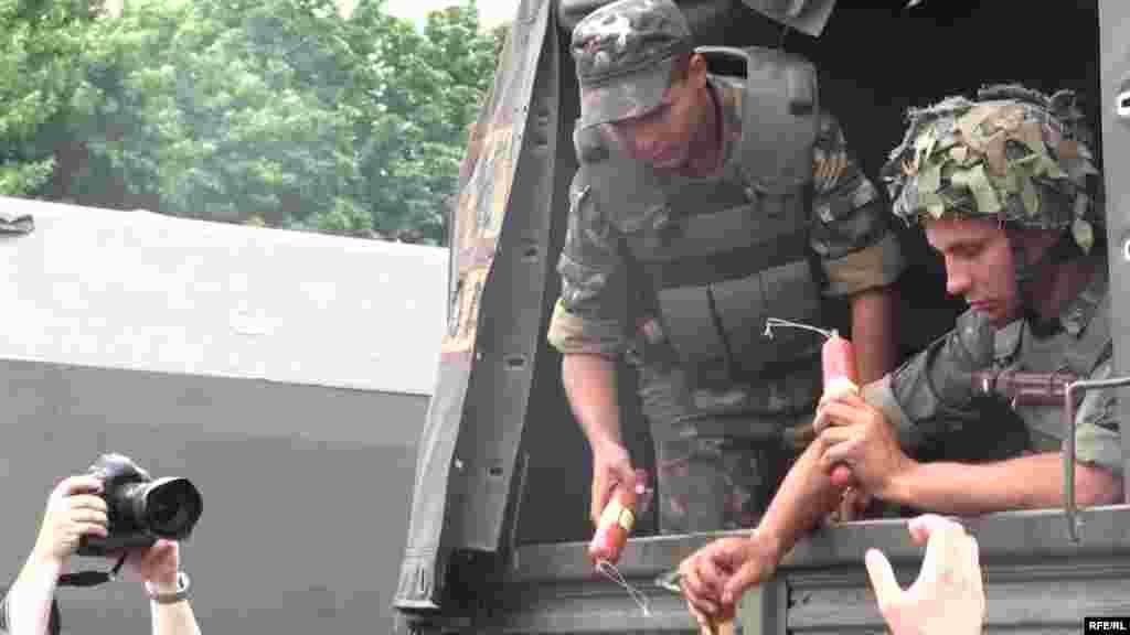 Солдати доставили допомогу мешканцям Слов'янська