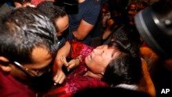 Lực lượng an ninh Malaysia cưỡng chế thân nhân các hành khách Trung Quốc gào thét ra khỏi phòng họp báo và chặn lối vào trước ống kính của các nhà báo địa phương và quốc tế.