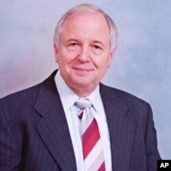 乔治华盛顿大学法学院教授、烟草问题专家约翰·班茨哈夫