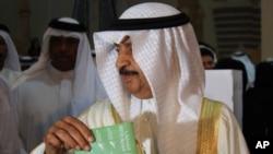 Bahrain's Prime Minister Khalifa bin Salman al-Khalifa votes in his country's parliamentary elections, 23 Oct 2010