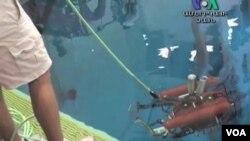 Salah satu robot karya seorang peserta perlombaan sedang diuji coba.