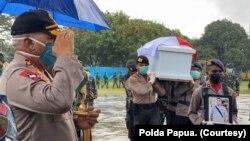 Pangdam XVII/Cenderawasih Mayjen TNI Herman Asaribab dan Kapolda Papua Irjen Pol. Paulus Waterpauw ikut menerima tiga jenazah personel Polri dan dua korban luka-luka di Pangkalan Udara Silas Papare, Sentani, Jayapura, Papua, Minggu, 12 April 2020. (Foto: