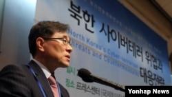 임종인 청와대 외교안보특보가 31일 서울 프레스센터에서 국가안보전략연구원 주최로 열린 학술회의 '북한 사이버테러 위협과 대응전략' 개회식에서 기조연설을 하고 있다.