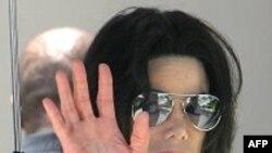 Bác sĩ của Michael Jackson thương lượng ra trình diện cảnh sát