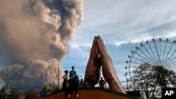 Erupsi gunung berapi Taal di Tagaytay, provinsi Cavite, selatan Manila, Filipina, menyemburkan asap dan abu vulkanik, 12 Januari 2020.