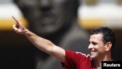 El candidato opositor a la presidencia de Venezuela, Henrique Capriles Radonsky, inscribió su aspiración ante el Consejo nacional Electoral este domingo 10 de junio.