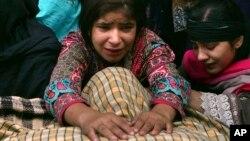 3일 파키스탄 라호르에서 폭탄 테러가 발생해 수 백 명의 사상자가 발생한 가운데 한 소녀가 아버지의 시신 앞에서 오열하고 있다.