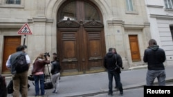 Members of the media stand outside the entrance of Google's Paris headquarters as French investigators conduct a raid May 24, 2016 as part of a probe over tax payments, a source close to France's Finance Ministry told Reuters.