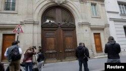 24일 프랑스 당국의 압수 수색을 당한 파리의 구글 사무실 앞에 취재진이 몰려있다.