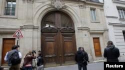 谷歌公司在法国巴黎的总部受到警方搜查的时候,记者们在总部外面(2016年5月24日)