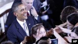 距離美國中期選舉還有不到兩個星期的時間﹐美國總統奧巴馬正趕往美國中西部各地﹐為陷入苦戰的民主黨候選人尋求支持。奧巴馬總統星期四大部份時間都在華盛頓州的西雅圖拉票﹐作最後的努力。