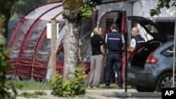 Cảnh sát và các nhà điều tra đứng tại nơi cắm trại của gia đình người Anh bị sát hại trong khi đi nghỉ hè ở Saint Jorioz, gần Annecy, 6/9/12